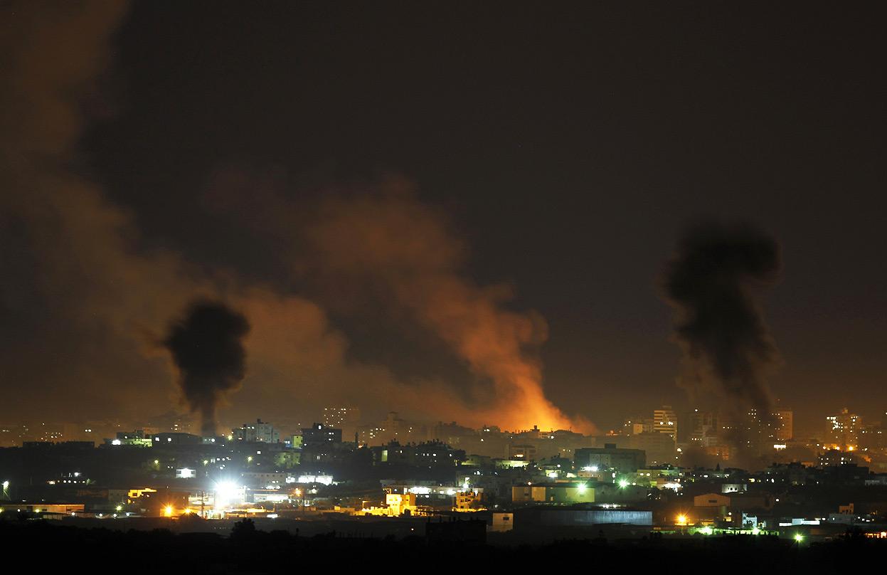 Striscia di Gaza, tregua umanitaria di 12 ore. Nella notte missili israeliani hanno fatto altre 35 vittime, sale a 1000 la conta dei morti