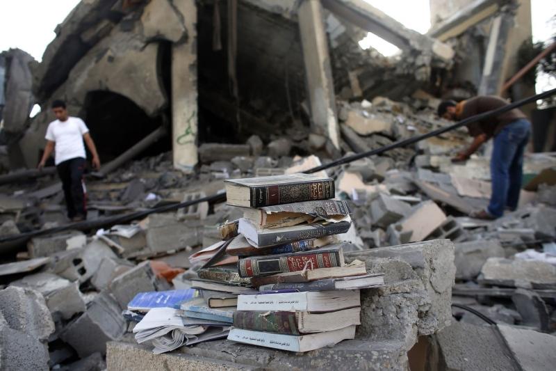 """Striscia di Gaza, continuano i raid aerei. Colpite cinque moschee e uno stadio. Israele dice No all'Onu: """"Niente tregua umanitaria"""""""