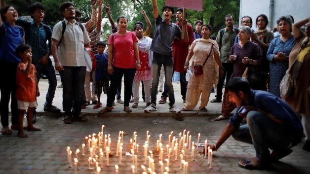 India, bambina di 8 anni è stata stuprata e impiccata ad un albero. La folla lincia i quattro colpevoli uccidendone uno
