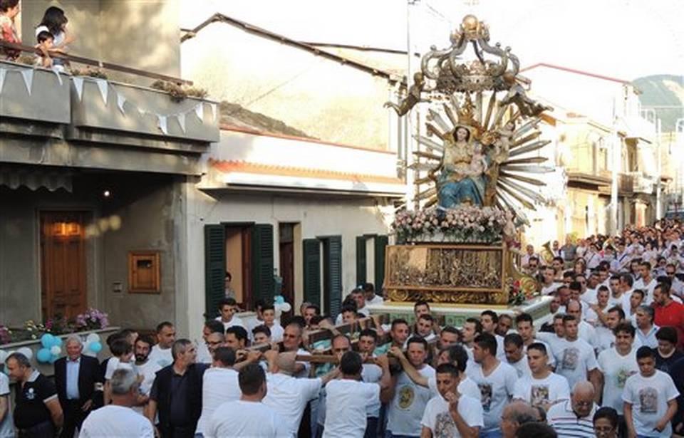 """Esplode il caso del 'saluto' della Madonna al boss: indagine Antimafia. Il presidente dei vescovi: """"I preti dovevano scappare"""""""