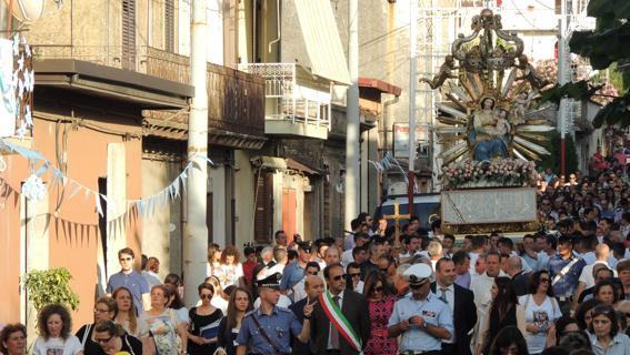 La Madonna 'si inchina' al boss, il vescovo di Oppido-Palmi sospende tutte le processioni