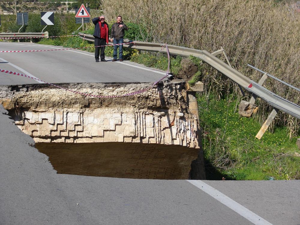 Agrigento, quattro automobilisti feriti per il crollo di un ponte