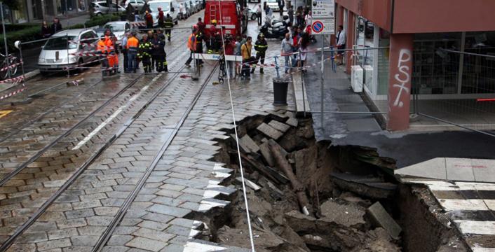 Maltempo a Milano, il Seveso esonda per le abbondanti piogge. Voragine di 12 metri si apre in pieno centro