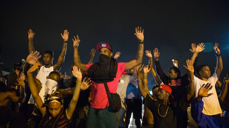Ferguson, nella notte ancora scontri tra polizia e manifestanti, 31 arresti. L'uccisione di Brown ripresa da una studentessa | Guarda il video