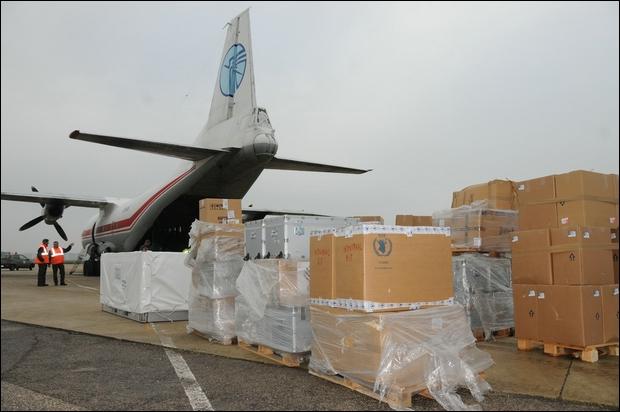 Iraq, gli Usa lanciano missili sui terroristi islamici dell'Isis e generi alimentari per aiutare la popolazione in fuga