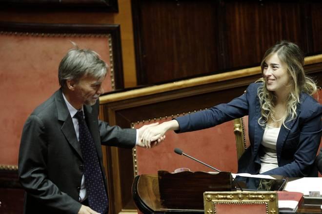 Riforma del Senato, il patto Renzi-Berlusconi regge: approvato il ddl Boschi. La protesta di 5 Stelle, Lega e Sel. I dissidenti del Pd non votano
