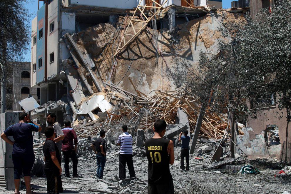 """Striscia di Gaza, Israele bombarda altre 60 obiettivi palestinesi. Una fonte di Hamas: """"A breve l'entrata in vigore di una nuova tregua"""""""
