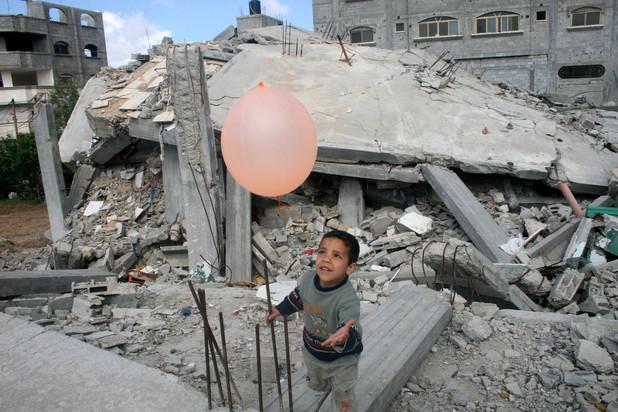 Gaza, la tregua regge. Al Cairo delegazioni di Israele, Hamas e Al Fatah. Si tenta un accordo duraturo, gia' morti 430 bambini
