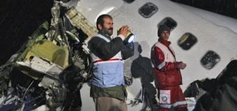 Teheran, aereo passeggeri si schianta dopo il decollo contro un palazzo: 37 morti. Un motore in avaria
