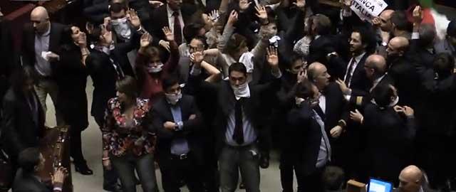 Riforme, bagarre al Senato: Lega e Sel lasciano l'Aula. M5S si imbavaglia: non partecipiamo al voto