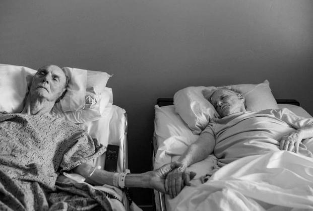 California, dopo 62 anni di matrimonio muoiono insieme tenendosi la mano