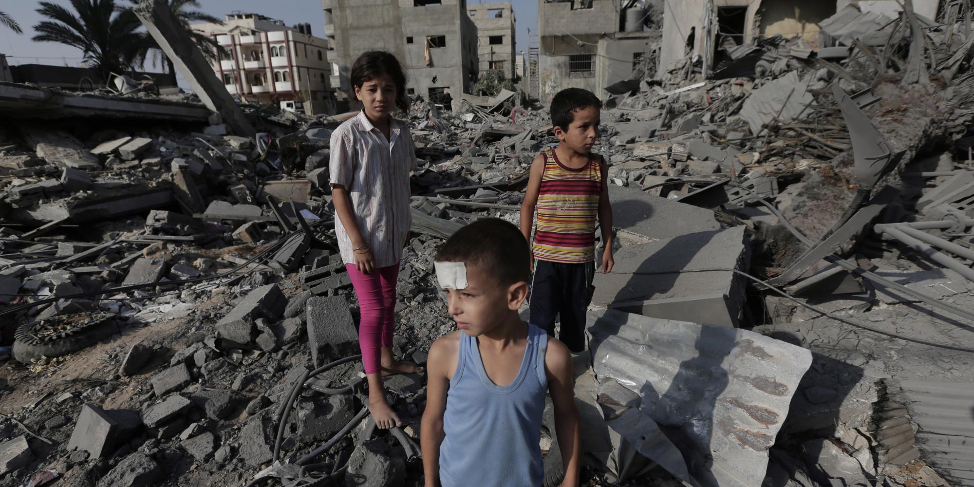 Gaza, ritiro di truppe israeliane dalla Striscia ma non si fermano i raid aerei. Uccisi altri 17 palestinesi. Colpita scuola delle Nazioni Unite