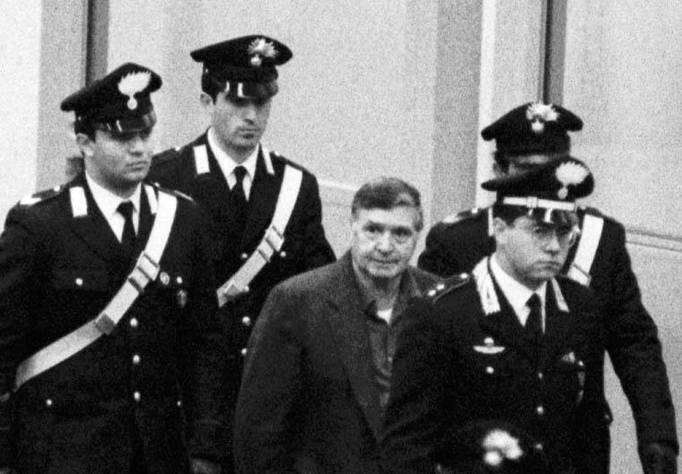 """Mafia, per la prima volta Riina parla di Andreotti: """"Ci incontrammo ma il bacio non ci fu. Stava anche la sua scorta"""""""
