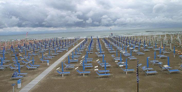 Crisi economica e maltempo, i turisti non arrivano. Meno 70% negli stabilimenti balneari: persi 400 milioni di euro