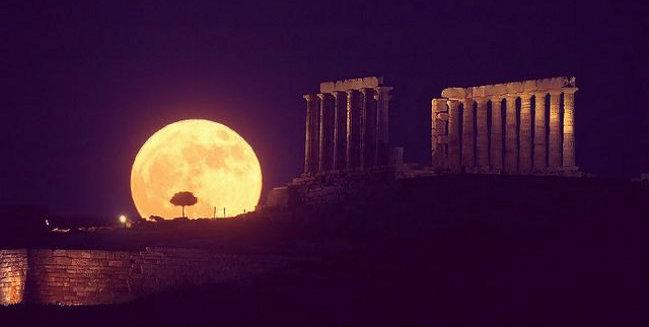 Occhi al cielo stasera arriva la Superluna tanto luminosa da 'oscurare' le stelle cadenti