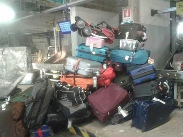 Fiumicino nel caos, protesta Alitalia contro i tagli proposti da Etihad, montagna di valigie in pista all'aeroporto