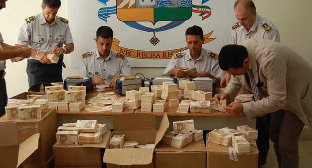 """Banconote false, maxi sequestro a Caserta: 17 milioni di euro trovati in furgone. GdF: """"Erano di ottima fattura"""""""