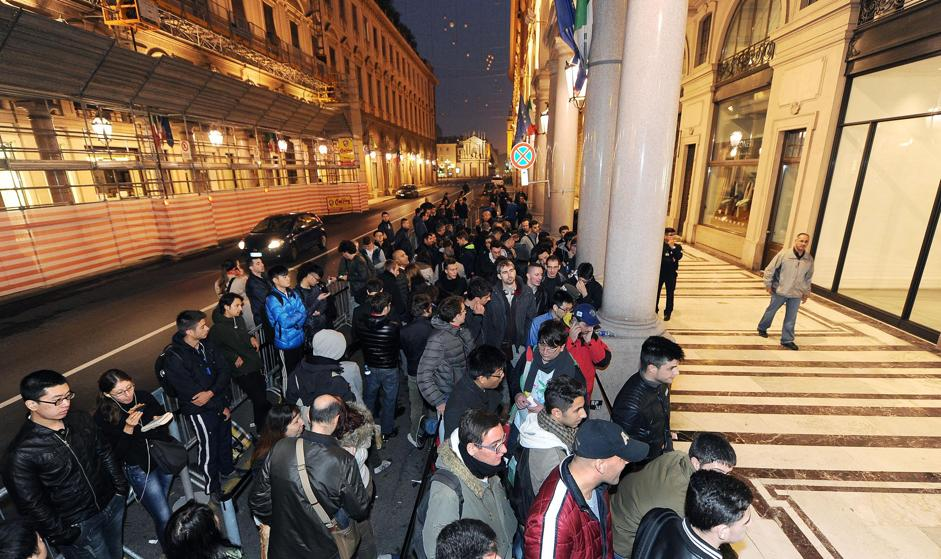 Arriva l'I-Phone a Roma, i giovani di estrema destra lanciano uova e farina contro i clienti in attesa
