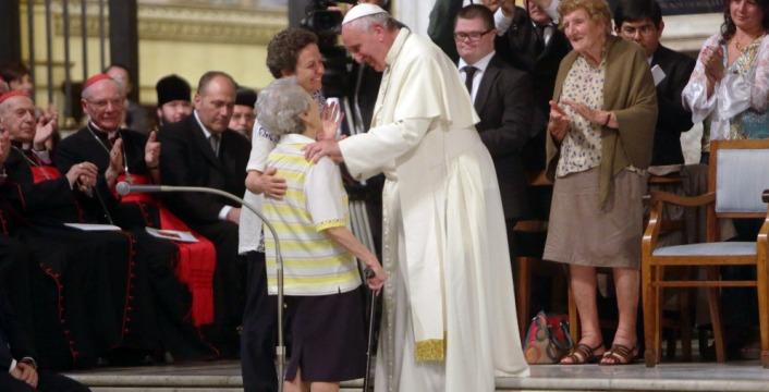 """San Pietro, Papa Francesco celebra la festa dei nonni : """"La violenza sugli anziani è disumana come quella sui bambini"""""""
