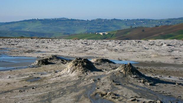 Agrigento, esplode un vulcanello di fango: muore una bambina, disperso il fratellino