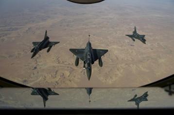 """Iraq, anche i caccia francesi impegnati nella lotta contro l'Isis. Obama: """"Bene la decisione della Francia di unirsi ai raid"""""""