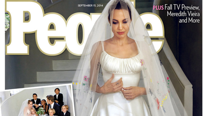 Angelina Jolie ha sposato Brad Pitt: l'abito è firmato Atelier Versace, il velo e il retro della gonna sono decorati con disegni realizzati dai sei figli dell'attrice