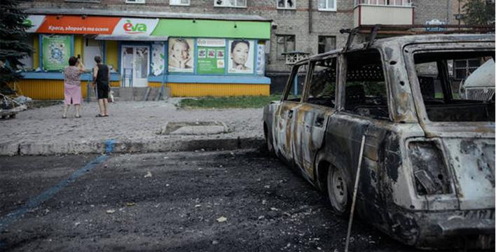 Tensione in Ucraina, i separatisti abbandonano l'aeroporto di Lugansk. La Nato invierà truppe per difendere i confini