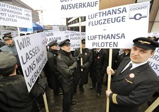 Berlino, sciopero dei piloti Lufthansa manda in tilt l'aeroporto. Cancellati 25 su 57 voli intercontinentali