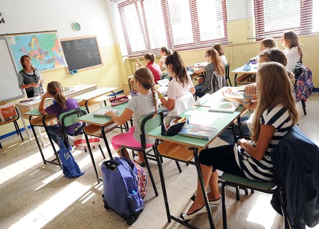 """Inizia la scuola, i Ministri tornano tra i banchi. Boschi: """"Cari bambini, siate un pochino rompiscatole con i vostri insegnanti. Fate un sacco di domande e siate curiosi"""""""