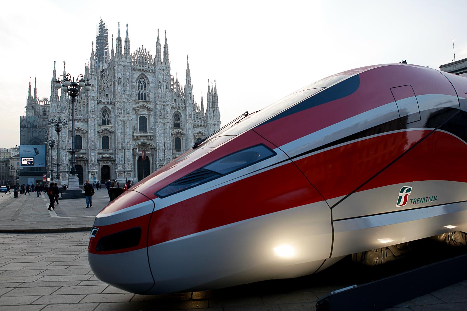 """Alta velocità, presentato il nuovo Frecciarossa: farà Roma – Milano in 2 ore e 20 minuti. Ntv: """"Anche Italo ci riuscirà"""""""