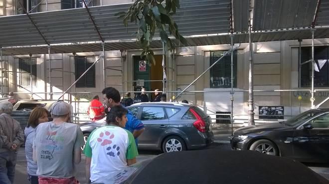 Tragedia a Roma: donna trovata morta in casa insieme a due figlie. Grave la terza sorellina