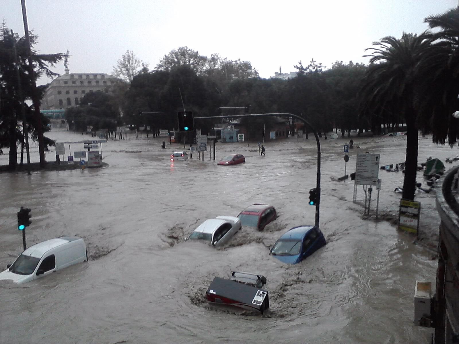 """Genova sommersa da un'alluvione: un morto e molti dispersi. Il sindaco Doria: """"Non c'è stata allerta"""""""