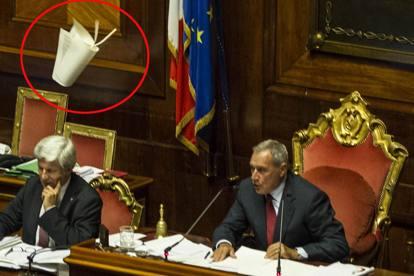 """Jobs Act: Caos al Senato prima del sì, lanciati fogli e libri contro Grasso. Renzi: """"Le proteste sono sceneggiate, non politica"""""""
