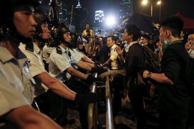 Hong Kong: sale la tensione tra manifestanti e polizia. Decine di arresti, un attivista picchiato