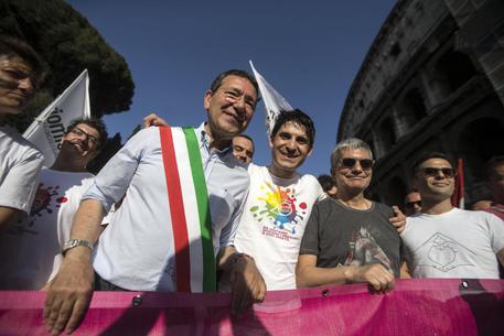 Nozze gay: il sindaco Marino sfida il veto del prefetto. Trascritti sedici matrimoni in Campidoglio