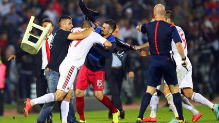 Calcio: drone con bandiera 'Kosovo libero' in campo. La partita Serbia-Albania termina con una rissa