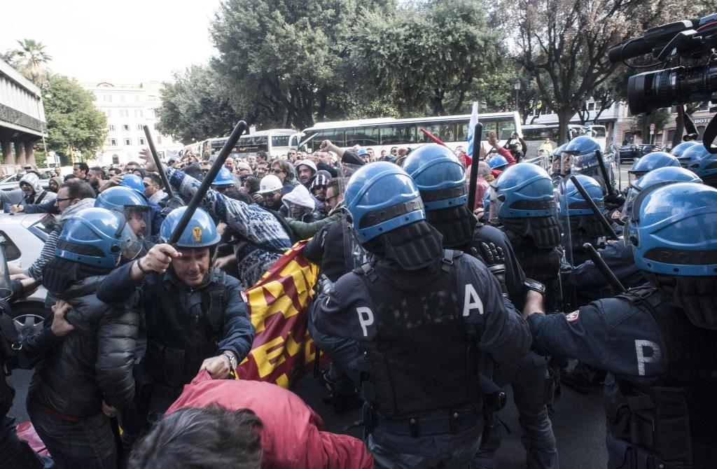 """Scontri a Roma, Camusso contro Renzi: """"Dovrebbe provare ad abbassare i manganelli"""". Alfano: """"Landini ha contribuito a riportare la calma"""""""