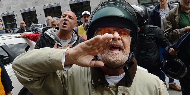 """Situazione libica, Grillo lancia l'hashtag #NoAllaGuerra e attacca Renzi: """"Se vuole la guerra ci vada lui con Napolitano al seguito"""". La decisione spetta a Mattarella"""
