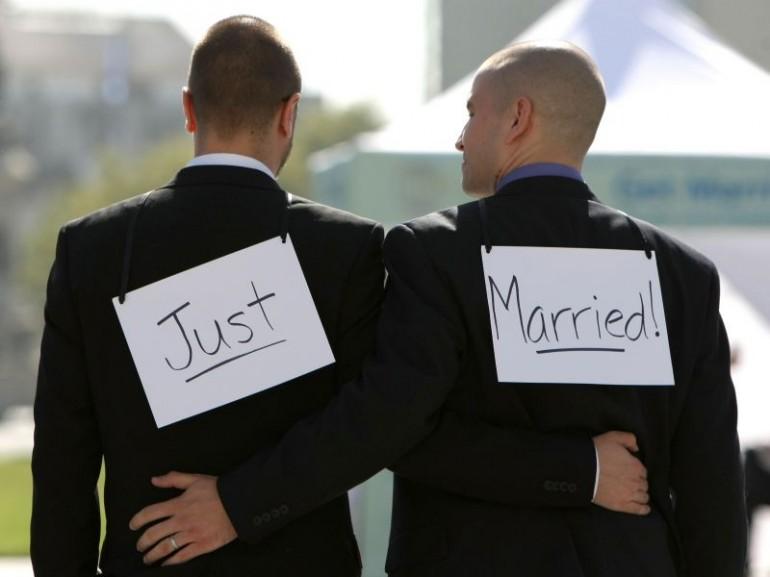 Matrimoni gay, il 35% degli italiani è favorevole mentre il 39% è favorevole solo alle Unioni Civili