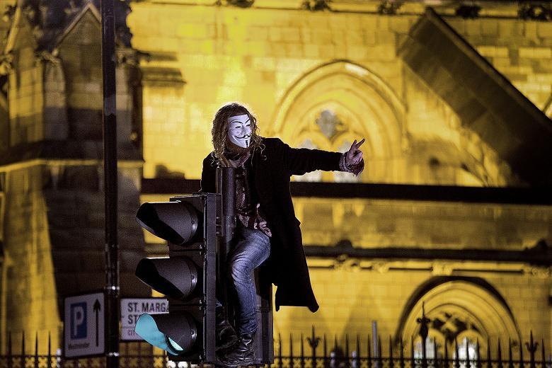 Londra, duri scontri tra gli 'Anonymous' e la polizia. Gli attivisti tentano di occupare Buckingham Palace: 10 arresti