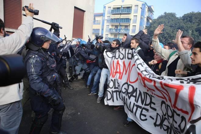 """Renzi a Brescia: scontri e contestazioni. Due feriti tra le forze dell'ordine. Il premier accusa: """"Un disegno per spaccare l'Italia"""""""