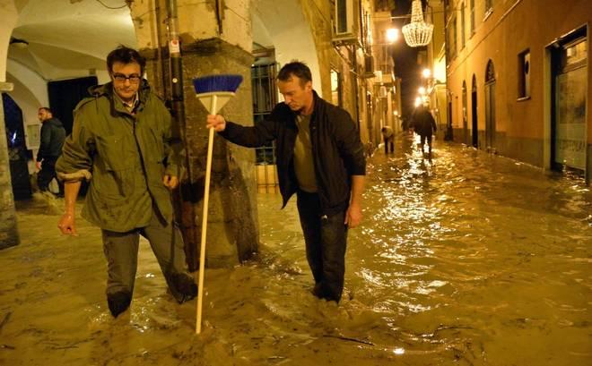 Maltempo, la Liguria è sotto assedio, si cercano dispersi. Chiavari sommersa, arriva l'esercito