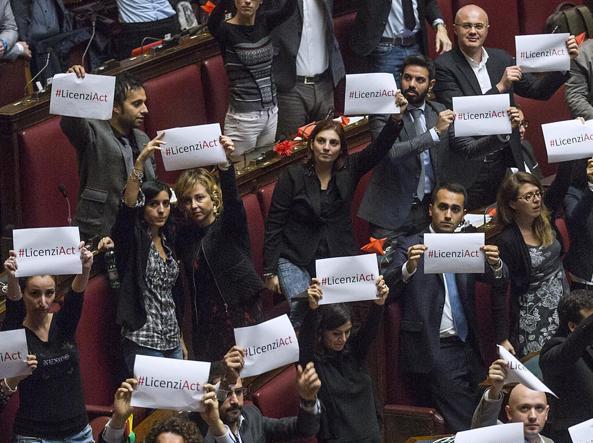 Riforma del Lavoro, il Jobs Act passa senza voto di Fiducia alla Camera e spacca il Pd: 29 deputati dem abbandonano l'aula