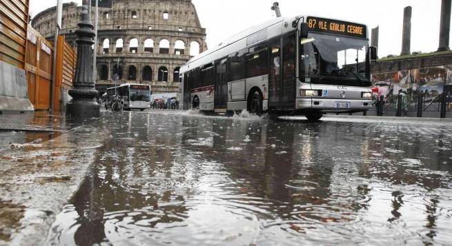 """Maltempo, a Roma è allarme """"viola"""": chiuse tutte le scuole e tutti i siti archeologici in città e provincia"""