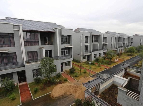 Cina, imprenditore abbatte le baracche del suo villaggio natale e costrisce case di lusso da regalare ai residenti