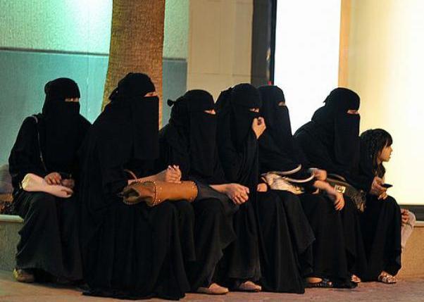 """L'Arabia saudita vieta 'il velo' colorato alle studentesse: """"L'abaya da indossare è solamente nera"""""""