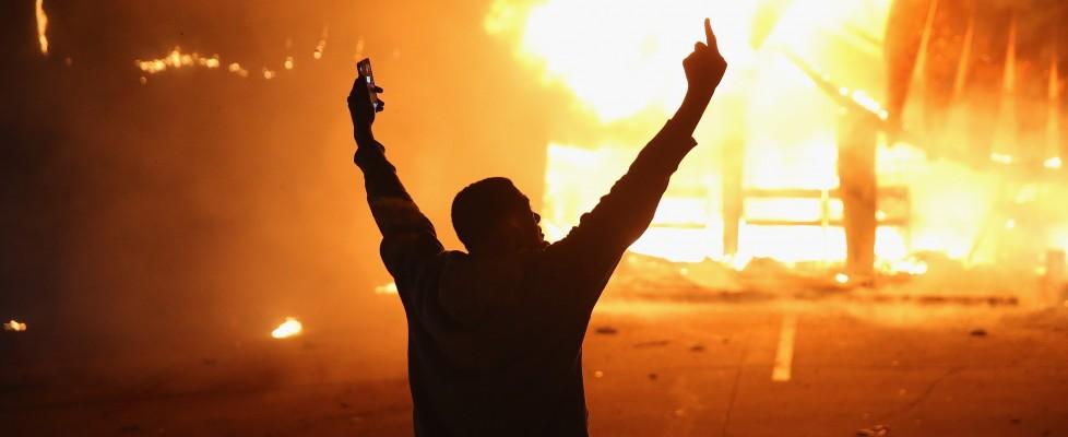 Ferguson, ancora una notte di scontri: spari contro gli agenti, arrestati 44 manifestanti