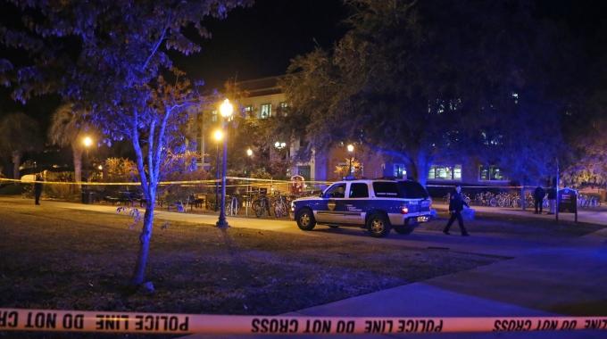 Florida, un uomo entra armato in un campus universitario e ferisce tre persone. La polizia lo uccide