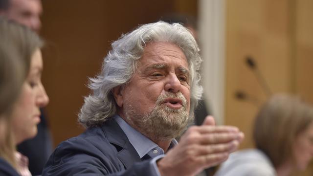 """Bruxelles, Grillo irrompe al Parlamento Europeo: """"Noi non siamo in guerra con l'isis e la Russia, siamo in guerra con la Bce"""""""