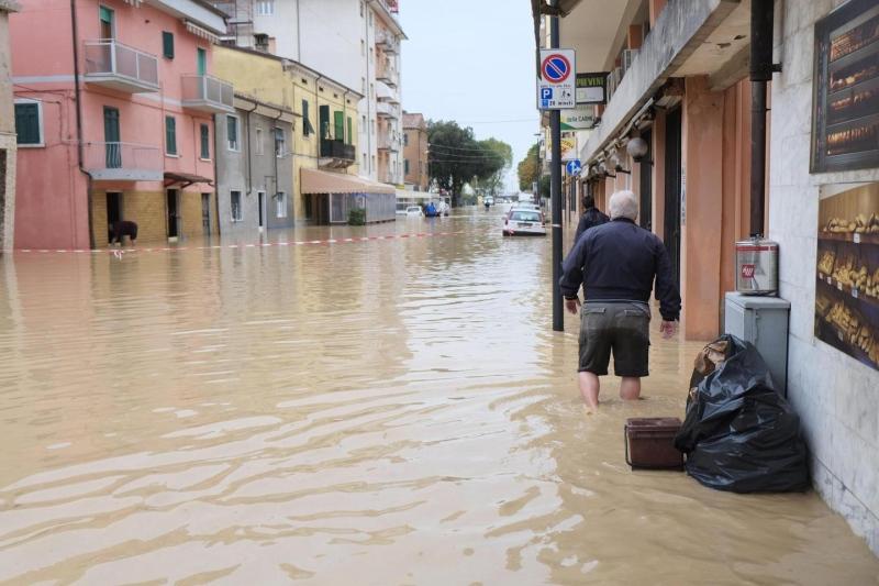 Maltempo, alba da incubo a Carrara: i due torrenti hanno allagato il centro. Decine di famiglie sono state evacuate